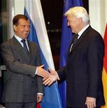 <p>Министр иностранных дел Германии Франк-Вальтер Штайнмайер (справа) приветствует президента РФ Дмитрия Медведева в Берлине 31 марта 2009 года. Заявление России о намерении перевооружить армию в ответ на расширение НАТО прозвучало не вовремя, и за риторикой Кремля нужно пристально следить, сказал в интервью Рейтер министр иностранных дел Германии Франк-Вальтер Штайнмайер. REUTERS/Wolfgang Kumm/Pool</p>