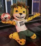 <p>La mascota de la Copa Mundial de Sudáfrica 2010, el leopardo Zakumi, durante su lanzamiento en Auckland Park, Johannesburgo, 22 sep 2008. Más de 1,6 millones de solicitudes de boletos para la Copa del Mundo en Sudáfrica del próximo año fueron recibidas al finalizar la primera fase de ventas, informó el miércoles la FIFA. Sólo cerca de un 30 por ciento del total de 1.635.136 solicitudes provinieron de residentes del país anfitrión. La primera fase de ventas cerró a medianoche del 31 de marzo. REUTERS/Siphiwe Sibeko</p>