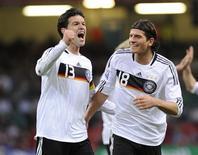 <p>Alemães Michael Ballack e Mario Gómez comemoram gol do primeiro contra o País de Gales, em Cardiff, pelas eliminatórias da Copa de 2010. 01/04/2009. REUTERS/Russell Cheyne</p>