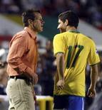 <p>O técnico Dunga (E) conversa com Alexandre Pato na partida em que o Brasil venceu o Peru por 3 x 0 em Porto Alegre. REUTERS/Edison Vara</p>