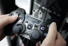 <p>Foto de archivo de un control de la consola PlayStation 3 de Sony en una tienda Sofmap en Tokio, 14 mayo 2008. En un momento en que la gente está recortando sus gastos en viajes y excursiones, el ocio en el hogar toma protagonismo e impulsa a la industria de los videojuegos, presionada para entretener a sus fanáticos y esquivar la recesión. REUTERS/Yuriko Nakao</p>