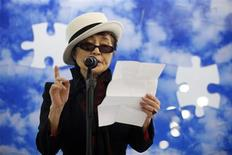 """<p>La artista conceptual japonesa Yoko Ono durante la presentación del Mural """"Promise"""" en la sede de la ONU en Nueva York, 2 abr 2009. Ono, viuda del músico John Lennon, reveló un mural de nubes en el cielo que será subastado como un puzzle de 67 piezas para recaudar fondos y marcar el segundo Día Mundial de la Concienciación sobre el Autismo. REUTERS/Eric Thayer</p>"""