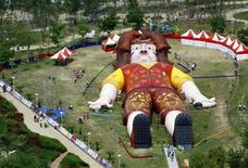 <p>People visit a giant replica of Lemuel Gulliver built in a park in central Taiwan's city of Taichung April 3, 2009. REUTERS/Ralph Jennings</p>