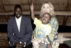 <p>Fotografía publicitaria de la cantante Madonna, su hijo adoptivo, David Banda, y el padre biológico del menor ,Yohane Banda, en Malaui, 31 mar 2009. La cantante estadounidense Madonna no podrá adoptar un segundo niño en Malaui, según falló el viernes el Tribunal Superior del país africano. REUTERS/Tom Munro/Warner Brothers Records/Handout</p>