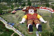 <p>Una figura de Lemuel Gulliver en un parque de Taichung, Taiwán, 3 abr 2009. Lemuel Gulliver, el personaje literario del siglo XVIII que fuera tratado como un gigante y luego como un pequeño juguete en sus desafortunados periplos, arribó esta semana a Taiwán y sus residentes están caminando por su cuerpo. REUTERS/Ralph Jennings</p>