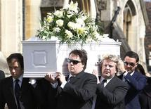 <p>Jack Tweed (R), husband of British reality television star Jade Goody, carries her coffin before the funeral at St John's Church Buckhurst Hill in north-east London April 4, 2009. REUTERS/Luke MacGregor</p>