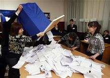 <p>Члены избирательной комиссии достают бюллетени из урны для голосования на одном из избирательных участков в Кишиневе 5 апреля 2009 года.Партия коммунистов президента Молдавии Владимира Воронина выиграла в воскресенье выборы в парламент, свидетельствуют предварительные данные подсчета голосов Центральной избирательной комиссии. REUTERS/ Gleb Garanich</p>