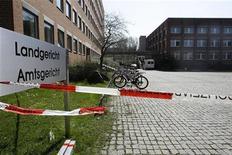 <p>Здание суда, оцепленное полицией, в городе Ландсхут апреля 2009 года. Вооруженный человек открыл во вторник стрельбу в зале суда в немецком городе Ландсхут, убив как минимум двоих и ранив несколько человек, сообщил представитель полиции Леонард Майер телеканалу N-TV. REUTERS/Michael Dalder</p>