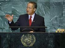 <p>Премьер-министр Ямайки Брюс Голдинг на заседании Генеральной ассамблеи ООН в Нью-Йорке 26 сентября 2008 года. Премьер-министр Ямайки Брюс Голдинг пообещал урезать себе зарплату на 15 процентов, поскольку экономический кризис затронул основные статьи дохода государства Карибского региона - обслуживание туристов и экспорт бокситов. REUTERS/Lucas Jackson</p>