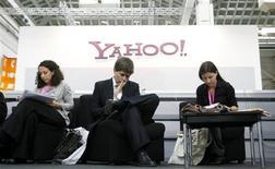 <p>Les dirigeants de Yahoo souhaitent que des fonctionnalités comparables à celles de Facebook soient intégrées aux sites deu géant de l'internet, afin d'offrir une alternative au célèbre réseau communautaire en ligne. /Photo d'archives/REUTERS/Albert Gea</p>