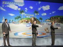 """<p>Démonstration du jeu """"Wii Sports Resort"""" lors du salon E3 de Los Angeles, en juillet dernier. Nintendo va lancer en juin au Japon et en juillet dans le reste du monde une nouvelle version de son jeu vidéo à succès """"Wii Sports"""", qui permettra notamment de lancer un frisbee à un chien virtuel, ou encore de croiser le fer avec un autre joueur sans quitter son salon. /Photo prise le 15 juillet 2009/REUTERS/Fred Prouser</p>"""