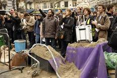 """<p>Французские студенты стоят около """"пляжной баррикады"""" рядом с университетом Сорбонна в Париже 8 апреля 2009 года. Сотни французских студентов построили баррикаду в центре Парижа в среду, чтобы усилить давление на Николя Саркози на десятой неделе общенациональных протестов против его запланированных университетских реформ.REUTERS/Charles Platiau</p>"""