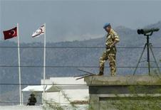 <p>Миротворец ООН на блокпосте разделяющем турецкую и греческую часть столицы Кипра Никосии 25 апреля 2004 года.ООН положительно оценила прогресс, которого сумели достичь греческая и турецкая стороны на переговорах о воссоединении Кипра, но призвала не установить точные сроки завершения переговорного процесса. REUTERS/John Kolesidis</p>