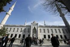 <p>People walk in front of the Blue Mosque in Istanbul April 5, 2009. REUTERS/Osman Orsal</p>