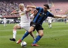<p>Zlatan Ibrahimovic, do Inter de Milão, disputa bola com Simon Kjaer, do Palermo, durante partida que terminou empatada em 2x2 neste sábado. REUTERS/Alessandro Garofalo</p>