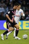 <p>Yoann Gourcuff do Girondins Bordeaux e Benoit Pedretti do Auxerre lutam pela bola durante o Campeonato Francês em Auxerre. 11/04/2009. REUTERS/Benoit Tessier</p>