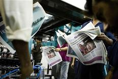 <p>Dipendenti di un quotidiano degli Emirati Arabi Uniti nell'area di stampa del giornale, ad Abu Dhabi. REUTERS/Lauren Lancaster/The National/Handout (UNITED ARAB EMIRATES). FOR EDITORIAL USE ONLY. NOT FOR SALE FOR MARKETING OR ADVERTISING CAMPAIGNS.</p>