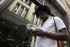 <p>El Gobierno del presidente Barack Obama permitirá a las empresas estadounidenses postular a licencias de telecomunicaciones en Cuba, dijo un funcionario. REUTERS/Enrique De La Osa/Archivo</p>