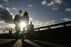 <p>A couple are seen silhouetted as they cross London Bridge January 23, 2009. REUTERS/Andrew Winning</p>