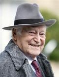"""<p>El francés Maurice Druon afuera del Palacio Eliseo en París, 22 oct 2007. Maurice Druon, autor del """"Chant des Partisans"""", uno de los himnos más conmovedores de la Resistencia francesa durante la Segunda Guerra Mundial, murió a los 90 años, dijeron autoridades. REUTERS/Charles Platiau/Archivo</p>"""