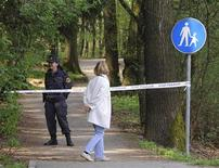 <p>Женщина у оцепления в парке Тиволи в Любляне 16 апреля 2009 года. Полиция Словении оцепила один из районов Любляны в четверг, чтобы поймать дикого бурого медведя, забредшего в столицу впервые за десятки лет. REUTERS/Srdjan Zivulovic</p>