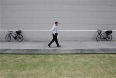 <p>An office worker walks outside a train station during lunch time in Singapore's financial district January 22, 2009. REUTERS/Vivek Prakash</p>