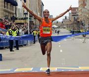<p>Deriba Merga, da Etiópia, cruza a linha de chegada como campeão da Maratona de Boston. A queniana Salina Kosgei foi a vencedora da prova feminina. REUTERS/Brian Snyder</p>