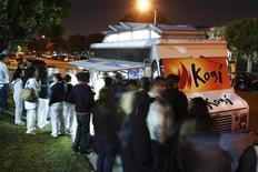 <p>People wait for their food while others wait in line to order at Kogi, a Korean BBQ-inspired taco truck, in Torrance, California, April 17, 2009. REUTERS/Danny Moloshok</p>
