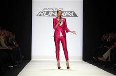 <p>Project Runway judge and model Heidi Klum speaks to the audience during the Project Runway show during New York Fashion Week, February 20, 2009. REUTERS/Eric Thayer</p>