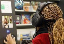 <p>Женщина слушает музыку в магазине FNAC в Ницце 27 февраля 2009 года. Мировые продажи музыкальных записей сократились более чем на 8 процентов по итогам прошлого года до $18,42 миллиарда из-за резкого падения спроса в США, сообщила организация IFPI, следящая за торговыми операциями в этом сегменте рынка. REUTERS/Eric Gaillard</p>