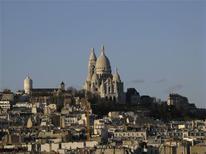 <p>Foto de archivo de la Basílica Corazón Sagrado en París, 4 mar 2008. Las autoridades de París están estudiando construir pequeños generadores eólicos en uno de los paisajes más famosos del mundo para aprovechar los fuertes vientos que algunas veces barren lugares altos de la ciudad como Montmartre. REUTERS/Thomas White/Archivo</p>