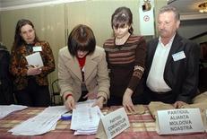 <p>Представители молдавского избиркома повторно подсчитывают голоса на парламентских выборах в Кишиневе 15 апрея 2009 года. Конституционный суд Молдавии в среду подтвердил результаты повторного подсчета голосов избирателей, в результате которого коммунистическая партия вновь была объявлена победителем парламентских выборов. REUTERS/Dmitry Chubashenko</p>