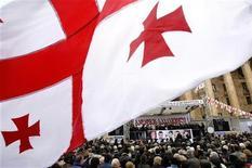 <p>Люди на акции протеста у здания парламента в Тбилиси 16 апреля 2009 года. Несколько тысяч человек прибыли в Тбилиси в ответ на призыв оппозиции укрепить редеющие ряды участников митинга, требующих отставки президента Грузии Михаила Саакашвили. REUTERS/David Mdzinarishvili</p>
