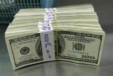<p>Пачки стодолларовых купюр в Korea Exchange Bank в Сеуле 7 апреля 2009 года. Генеральный секретарь ООН Пан Ги Мун и президент Сомали Шейх Шариф Ахмед призвали международные финансовые организации выделить больше средств восточно- африканскому государству для борьбы с пиратством и восстановления порядка в стране. REUTERS/Jo Yong-Hak</p>