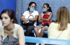 <p>Donne messicane indossano mascherine a Leon Guanajuato. REUTERS/Mario Armas</p>