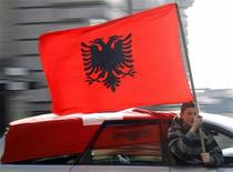 <p>Этнический албанец с флагом Албании в Лозанне 17 февраля 2008 года. Албания во вторник подала официальную заявку на вступление в ЕС, сказал Мирек Тополанек, премьер-министр председательствующей сейчас в ЕС Чехии, после встречи с премьер-министром Албании Сали Бериша. REUTERS/Denis Balibouse</p>