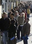 <p>Люди стоят в очереди на биржу труда в Мадриде 24 апреля 2009 года. В какой ситуации вы считатете возможным соврать? Что делать с сотней рождественских елок в июле? Если бы вы были кашей, то какой именно? REUTERS/Sergio Perez</p>