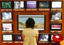 <p>A visitor looks at television programs in Cannes, southeastern France, October 13, 2008. REUTERS/Eric Gaillard</p>