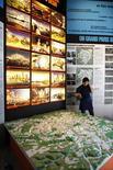"""<p>Personas visitan una exhibición de arquitectura titulada """"Le Grand Paris"""" en el museo de Arquitectura en París, 28 abr 2009. Torres de vidrio futuristas, monorrieles bien por encima del tráfico y una isla artificial en el Sena son algunos de los 10 proyectos que podrían transformar París en las próximas décadas. REUTERS/Charles Platiau</p>"""