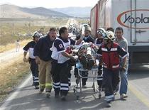 <p>Врачи Красного креста эвакуируют с места аварии автобуса раненного пассажира в Мексике 16 марта 2009 года. Как минимум 10 человек погибли и десятки получили ранения в аварии туристического автобуса в центральной Калифорнии во вторник, сообщают СМИ. REUTERS/Pedro Martinez/ZOCALO de Saltillo</p>