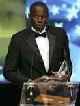 <p>L'atleta giamaicano Usain Bolt riceve il premio per l'alteta dell'anno a Montecarlo lo scorso novembre. REUTERS/Sebastien Nogier</p>