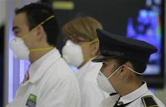 <p>Сотрудник полиции и работники международного аэропорта Мехико в защитных масках 29 апреля 2009 года. Президент Мексики Фелипе Кальдерон приказал государственным учреждениям и компаниям, не сильно значимым для экономики, прекратить работу на пять дней и попросил граждан оставаться дома, так как Мексика борется с распространением вируса свиного гриппа. REUTERS/Daniel Aguilar</p>
