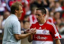 <p>Jogador francês Franck Ribery do Bayern de Munique e o ex-técnico da equipe, Jurgen Klinsmann, durante a Bundesliga alemã em Munique. 11/04/2009. REUTERS/Alexandra Beier</p>