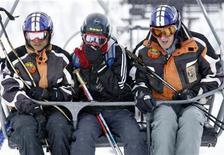 <p>De izquierda a derecha: Shyam Dhakal, Uttam Rayamajhi y Richard Morley del equipo nepalés de esquí alpino durante un entrenamiento en Val d'Isere, Francia, 11 feb 2009. Un esquiador nepalés desapareció del campamento base de su equipo en los Alpes franceses tras unirse a un grupo de Testigos de Jehová, señaló el jueves su entrenador. REUTERS/Denis Balibouse</p>