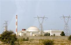 <p>Вид на АЭС в Бушере 25 февраля 2009 года. Тегеран не откажется от своей ядерной программы, даже если США введет санкции против компаний, которые поставляют топливо в Иран, сообщил в понедельник представитель МИД страны. REUTERS/Caren Firouz</p>