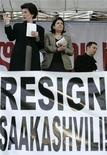 <p>Лидеры грузинской оппозиции Нино Бурджанадзе (слева) и Саломе Зурабишвили (в центре) на акции протеста напротив парламента страны в Тбилиси 29 апреля 2009 года. Грузинская оппозиция намерена блокировать основные въездные магистрали в столицу во вторник в попытке вынести затянувшуюся акцию протеста за пределы центра Тбилиси и усилить давление на президента Михаила Саакашвили, отставки которого она добивается. REUTERS/David Mdzinarishvili</p>