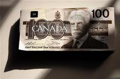 """<p>Купюра достоинством в 100 канадских долларов в Торонто 22 октября 2008 года. Менеджеры канадского Bank of Montreal постоянно слышат от членов самых богатых семей страны: """"Помогите! Мои дети ничего не знают о деньгах и растратят семейное состояние"""". REUTERS/Mark Blinch</p>"""