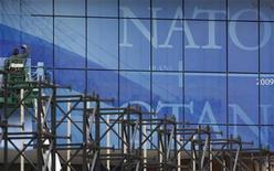 <p>Рабочие монтируют огромные логотипы НАТО у Конгресс-центра в Страсбурге 27 марта 2009 года. Россия приняла решение лишить дипломатической аккредитации двух канадских дипломатов, являющихся сотрудниками информационного бюро НАТО в Москве, в ответ на высылку российских дипломатов из штаб-квартиры альянса в Брюсселе, говорится в сообщении МИД РФ. REUTERS/Christian Hartmann</p>