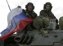 <p>Российские войска у деревни Надарбазеви в Грузии 8 октября 2008 года. Запланированная на четверг вторая встреча представителей Грузии, Южной Осетии и России под эгидой Евросоюза о мерах безопасности в зоне прошлогоднего конфликта сорвалась, причем в произошедшем стороны обвиняют друг друга. REUTERS/David Mdzinarishvili</p>