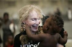 <p>Enfraquecida depois de uma greve de fome que dura quase duas semanas, a atriz Mia Farrow anunciou na sexta-feira que o bilionário britânico Richard Branson assumirá seu protesto em solidariedade com a população da região de Darfur, no Sudão. REUTERS/ Eduardo Munoz</p>